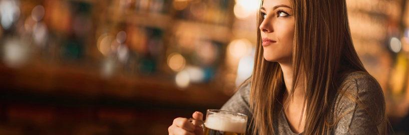 Mulher na mesa de bar – e no mercado cervejeiro!